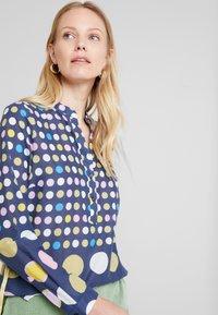Emily van den Bergh - Bluser - navy/yellow - 3