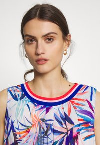Emily van den Bergh - Day dress - red/blue - 5