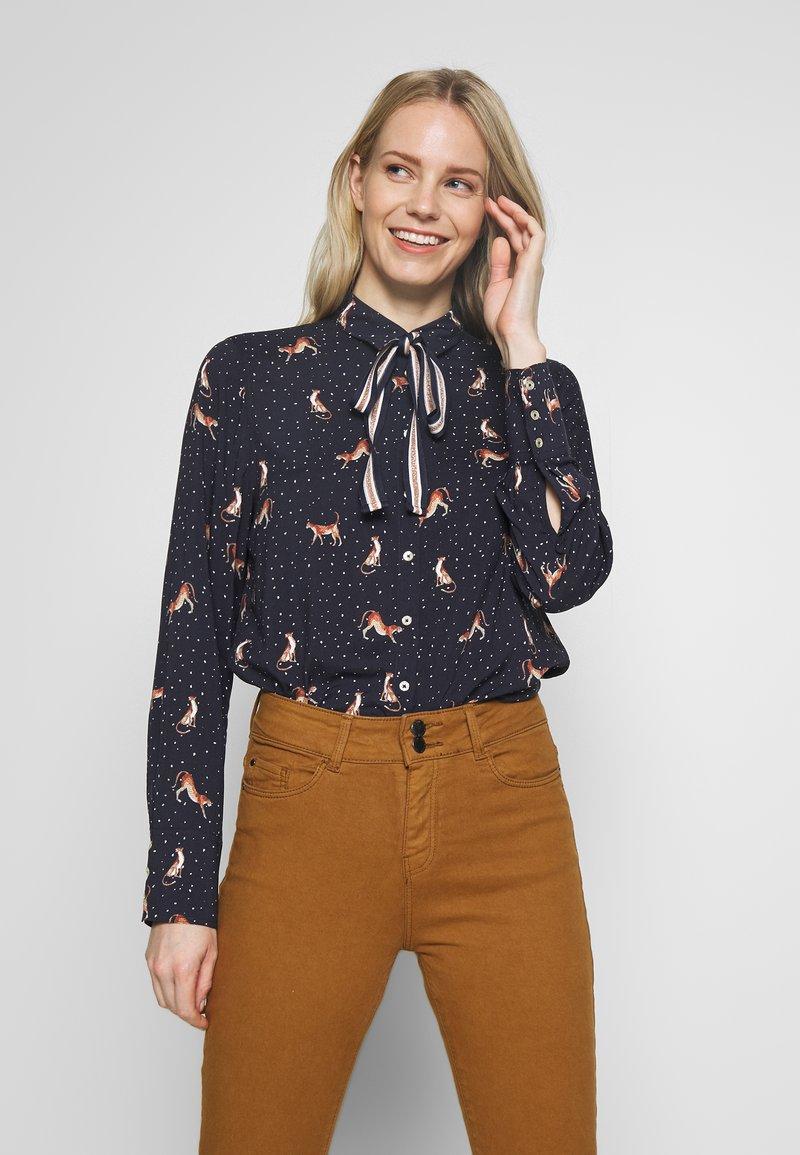 Emily van den Bergh - Button-down blouse - red/navy