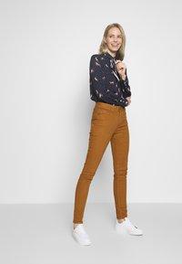 Emily van den Bergh - Button-down blouse - red/navy - 1