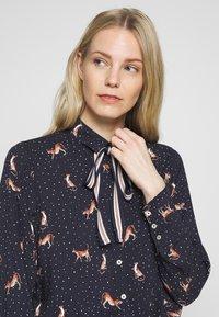 Emily van den Bergh - Button-down blouse - red/navy - 3