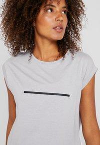 Even&Odd active - T-shirt con stampa - silver - 4