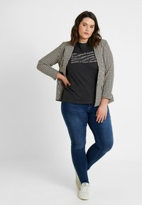 Even&Odd Curvy - Camiseta estampada - anthracite - 1