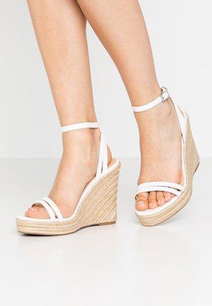 Sandaler med høye hæler - white