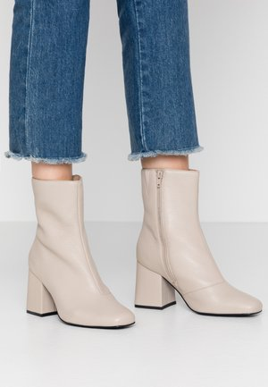 WIDE FIT LEATHER BOOTIE - Enkellaarsjes met hoge hak - beige