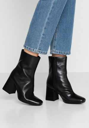 WIDE FIT LEATHER BOOTIE - Enkellaarsjes met hoge hak - black