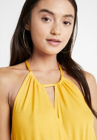 Even&Odd Petite - Maxi šaty - mustard - 3