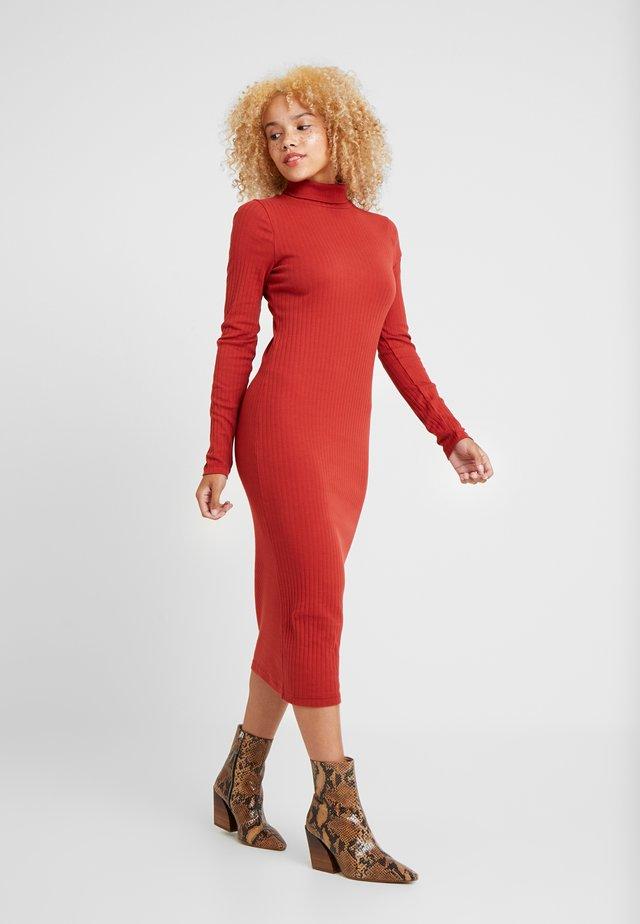 Fodralklänning - rust