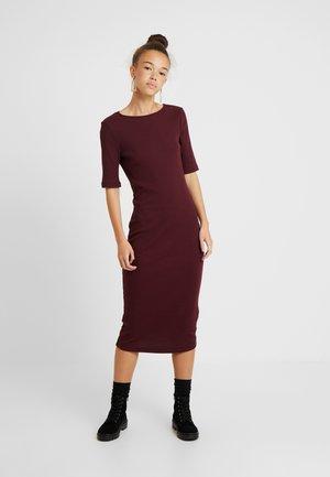 Pouzdrové šaty - beaujolais