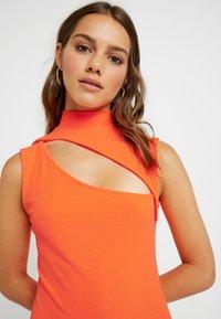 Even&Odd Petite - Etui-jurk - neon orange - 4