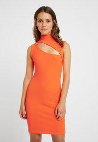 Even&Odd Petite - Etui-jurk - neon orange - 0