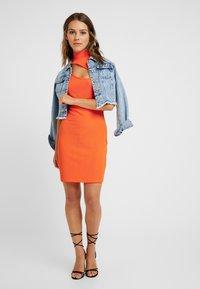 Even&Odd Petite - Etui-jurk - neon orange - 1