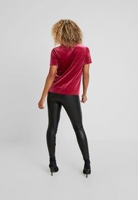 Even&Odd Petite - T-shirt con stampa - beet red - 2