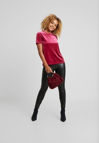 Even&Odd Petite - T-shirt con stampa - beet red - 1