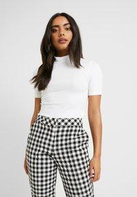 Even&Odd Petite - 2ER PACK - Print T-shirt - white/black - 2