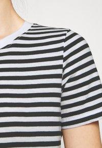 Even&Odd Petite - T-shirt con stampa - black/white - 4