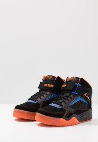 Ewing - FOCUS X STARKS - Skate shoes - black/red/orange - 2