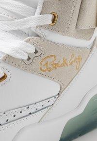 Ewing - 33 HI X LAURENS - Zapatillas altas - white/pale gold - 7