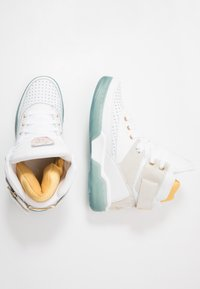 Ewing - 33 HI X LAURENS - High-top trainers - white/pale gold - 1
