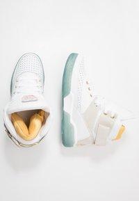 Ewing - 33 HI X LAURENS - Zapatillas altas - white/pale gold - 1
