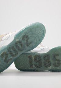 Ewing - 33 HI X LAURENS - Zapatillas altas - white/pale gold - 6