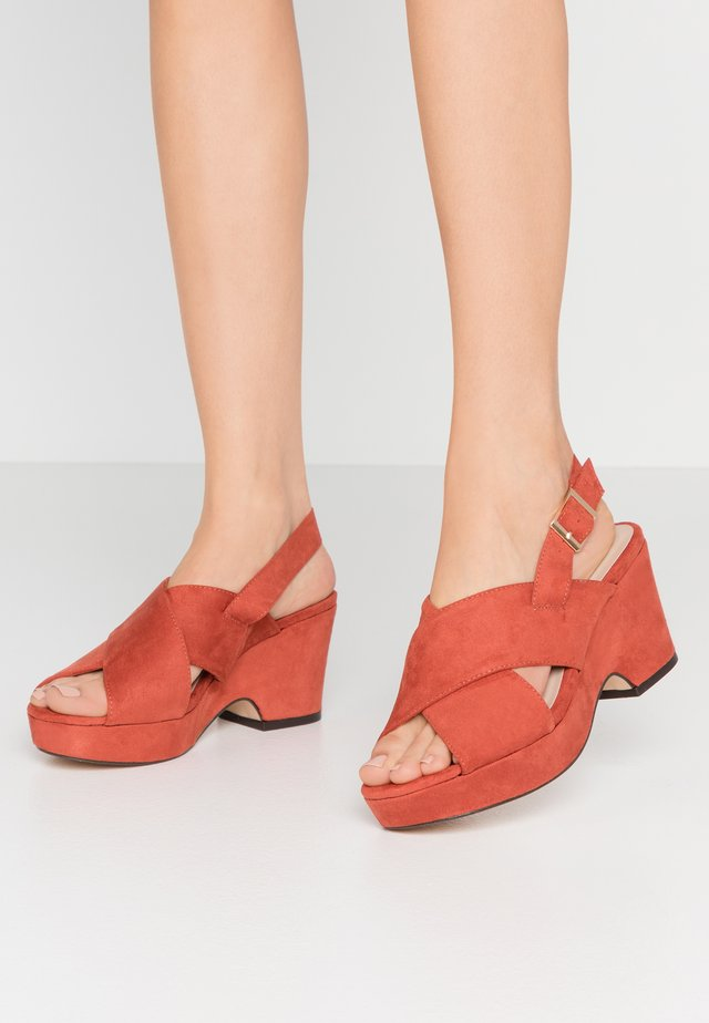 WIDE FIT HOWDY CROSS OVER WEDGE - Plateausandalette - spice