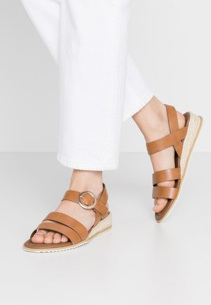 WIDE FIT NERYS HESSEIAN LOW WEDGE - Wedge sandals - tan