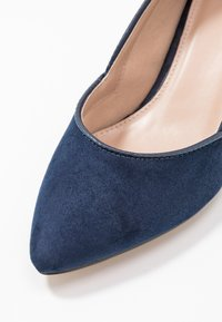 Evans - WIDE FIT KITTEN HEEL COURT - Escarpins - navy - 2