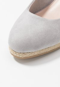 Evans - WIDE FIT CLOSED TOE WEDGE - Sleehakken - grey - 2