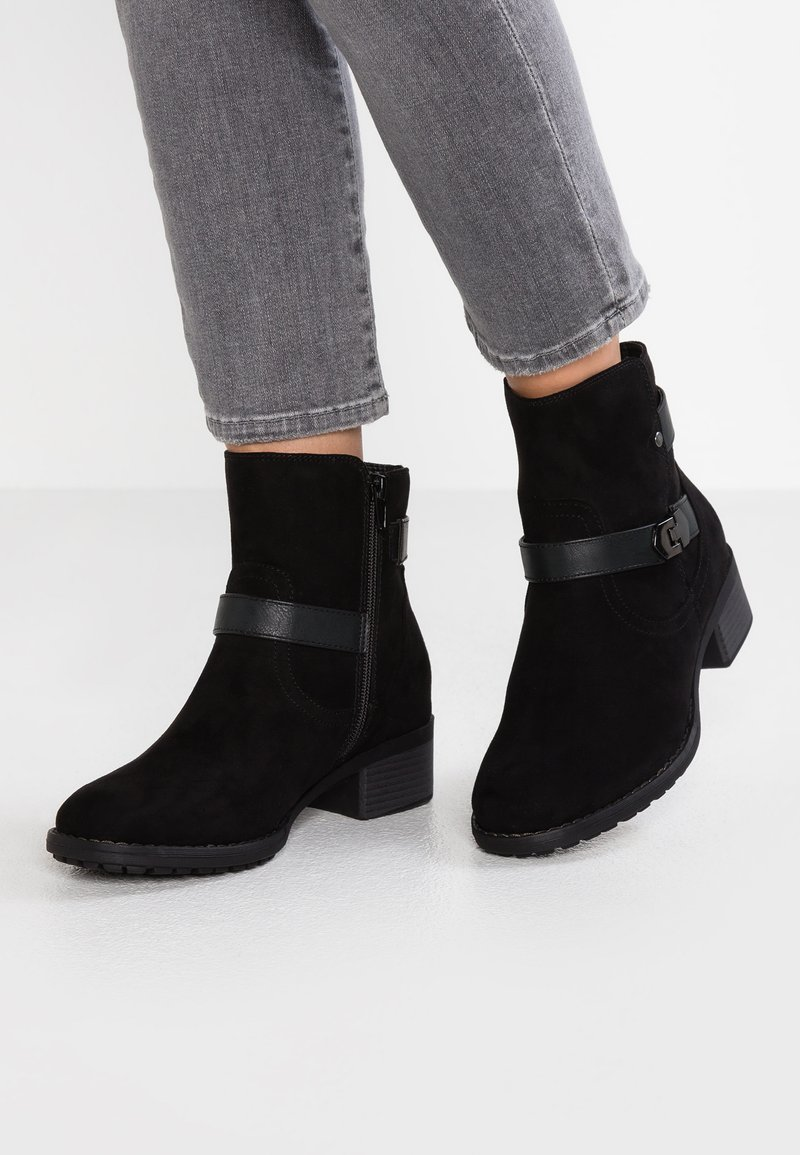 Evans - WIDE FIT BUCKLE DETAIL BOOT - Classic ankle boots - black