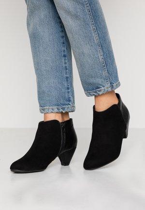 WIDE FIT ANTIGUA - Kotníková obuv - black