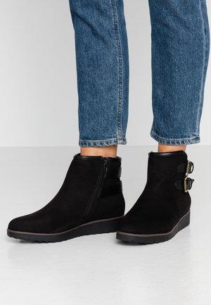 WIDE FIT ANNIE - Kotníkové boty na platformě - black