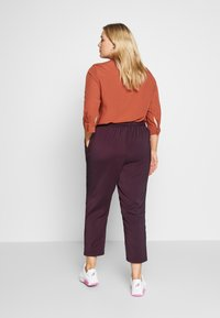 Evans - PLUM TIE FRONT TAPERED TROUSER - Kalhoty - purple - 4