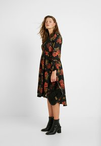 Evans - FRILL NECK  FLORAL DRESS - Denní šaty - multi - 2