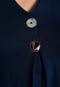 Evans - BUTTON DETAIL - Topper langermet - navy
