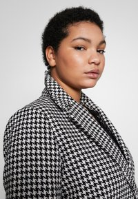 Evans - DOGTOOTH DOUBLE BREASTED COAT - Short coat - black/white - 3