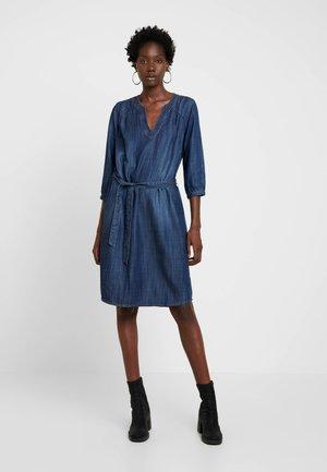 LISKE - Denimové šaty - denim blau