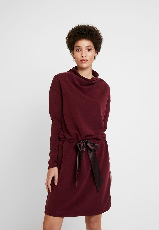 NEVI - Jerseyklänning - bordeauxrot