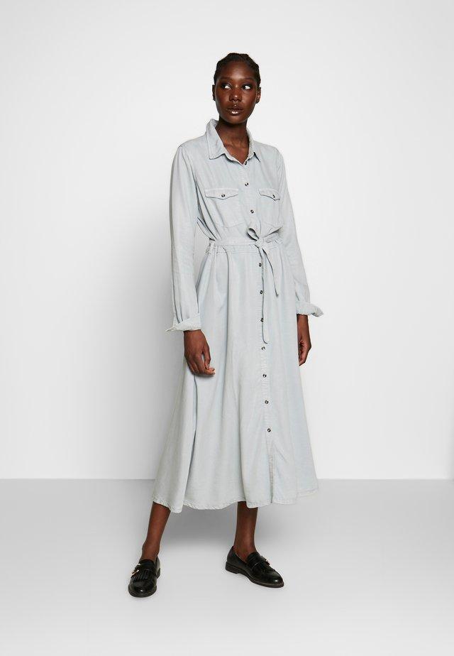 AMIRA - Skjortklänning - nebel
