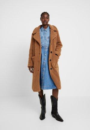 LEORA - Zimní kabát - camel