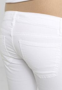 Anna Field MAMA - Jeans Skinny Fit - white - 4