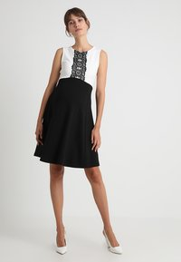 Anna Field MAMA - DRESS WITH FLARED - Jerseyjurk - black/off-white - 1