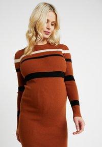 Anna Field MAMA - Pouzdrové šaty - camel - 4