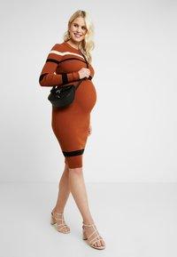 Anna Field MAMA - Pouzdrové šaty - camel - 2
