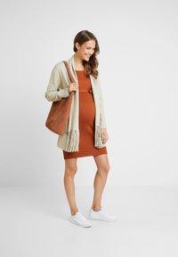 Anna Field MAMA - Pouzdrové šaty - ginger bread - 1