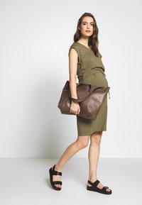 Anna Field MAMA - NURSING DRESS - Jerseyklänning - burnt olive - 1