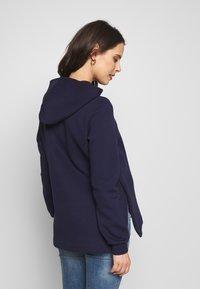 Anna Field MAMA - NURSING SIDE SPLIT HOODIE - Jersey con capucha - maritime blue - 2