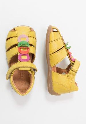 CARTE MEDIUM FIT - Sandaalit nilkkaremmillä - yellow