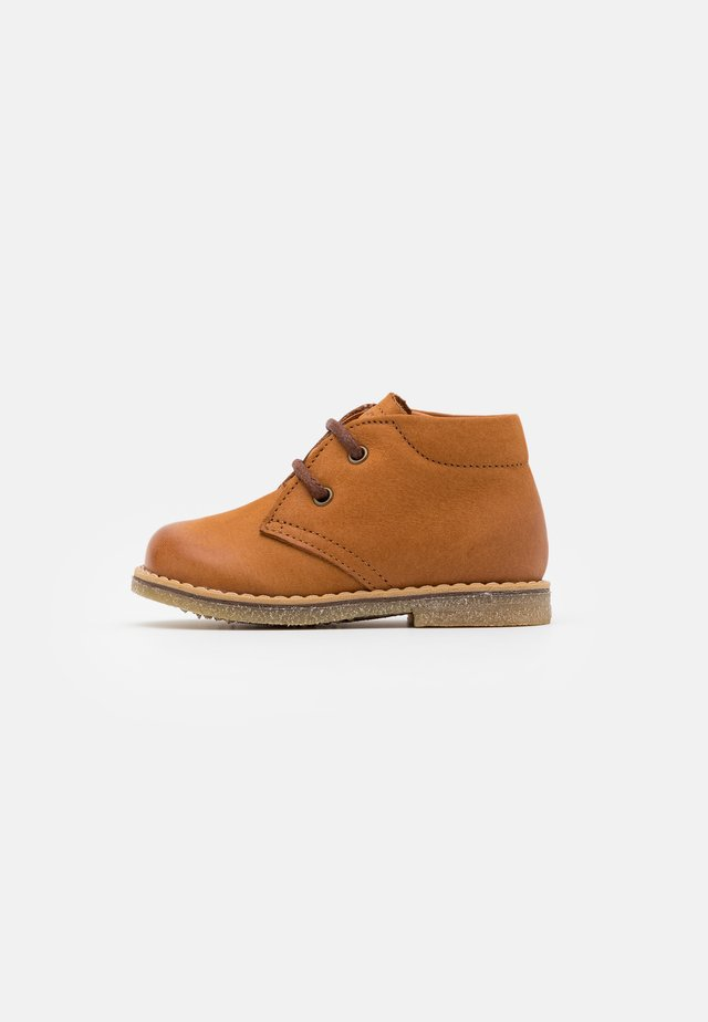 COPER MEDIUM FIT - Sporty snøresko - cognac