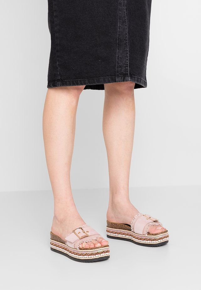 DRUPI - Pantofle na podpatku - cipria